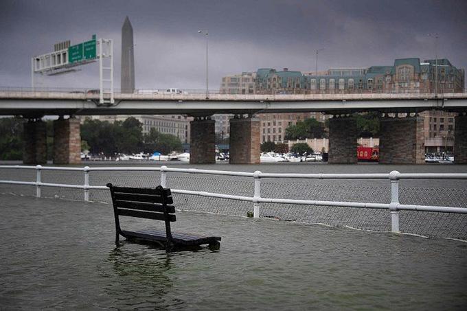 Mưa lớn biến đường phố thủ đô Mỹ thành sông