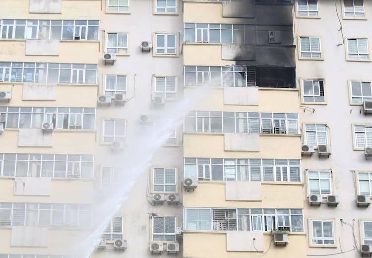 Xe cứu hỏa phun vòi rồng chữa cháy từ bên ngoài tòa nhà. Ảnh: Gia Chính.