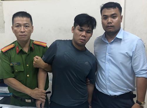 Anh Tình (áo xanh bìa phải) cùng công an phường bắt cướp. Ảnh: Quốc Thắng.