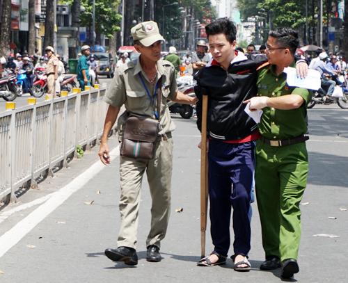 Bệnh nhân được đưa về bệnh viện sau đám cháy. Ảnh: Minh Tân.
