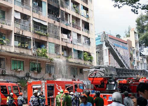 Cảnh sát dập tắt lửa ở tầng 4 tòa nhà. Ảnh: Minh Tân.