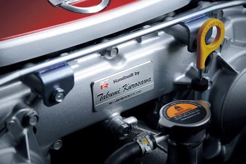 Bảng tên Takumi gắn trên động cơ.