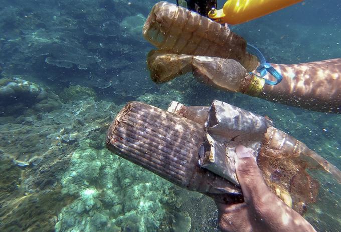 Nhặt rác dưới đáy biển Đà Nẵng