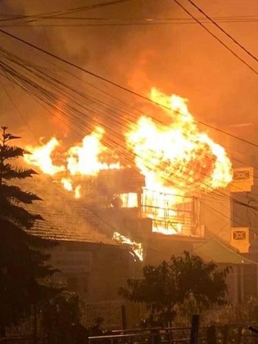 Ngôi nhà ba tầng ở Sapa bốc cháy. Ảnh: Viết Mai