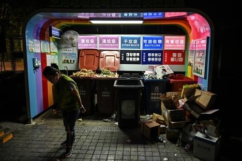 Các thùng rác phân loại ởThượng Hải. Ảnh: AFP.