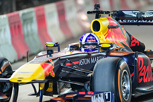 Mũ bảo hiểm của các tay đua F1 thiết kế đặc biệt để bảo vệ người lái.