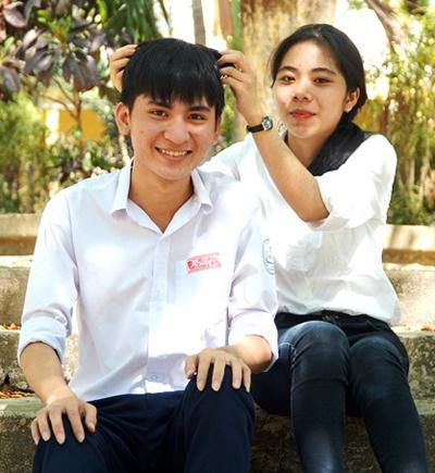 Võ Mạnh Tùng và Lê Thị Ngọc Ánh là bạn học cùng lớp 12A1. Ảnh: Phạm Linh.