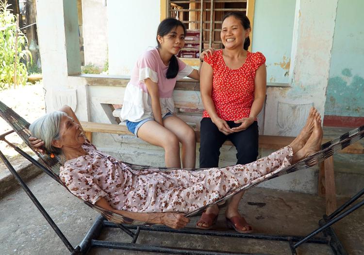 Ánh cùng mẹ và bà nội vui với kết quả thủ khoa khối A1 của tỉnh trong kỳ thi THPT Quốc gia. Ảnh: Phạm Linh.