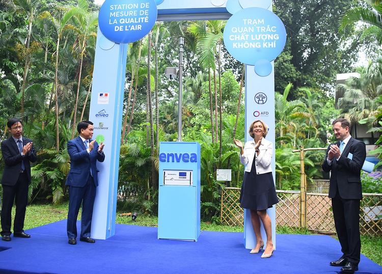 Các đại biểu trong lễ khánh thành trạm quan trắc không khí tại đại sứ Quán Pháp sáng 16/7. Ảnh: Giang Huy.