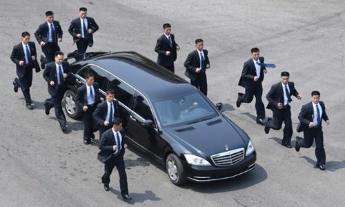 Chiếc xe Mercedes S600 Pullman Guard chống đạn được đội vệ sĩ 12 người bảo vệ của lãnh đạo Triều Tiên Kim Jong-un. Ảnh: AFP.