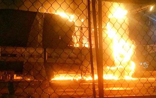 2 ôtô tải bốc cháy trong đêm ở Đồng Nai