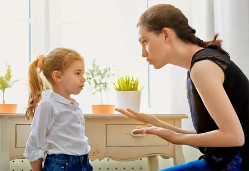 Bố mẹ và con cái nên tăng cường trao đổi. Ảnh: Parentingforbrain