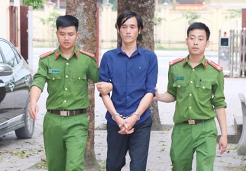 Bị cáo Bảo (giữa) thời điểm bị cảnh sát bắt. Ảnh: C.A