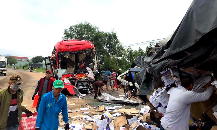 Ôtô giường nằm đấu đầu xe tải, hai tài xế thiệt mạng