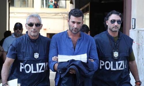 Nghi phạm Antonino Lo Presti (giữa) bị cảnh sát bắt giữ tại thành phố Palermo, phía nam Italy hôm 17/7. Ảnh: AP