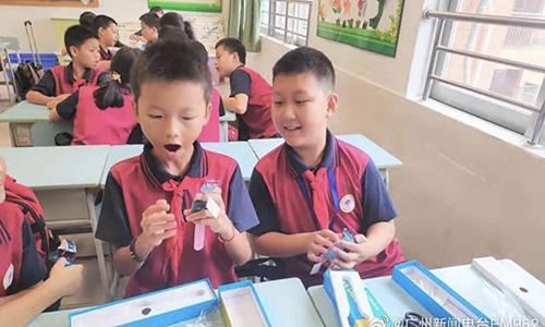 Học sinh Trung Quốc nhận đồng hồ thông minh do chính phủ cung cấp. Ảnh: Weibo.