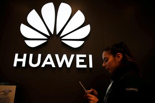 Biểu tượng Huawei tại một cửa hàng ở Chile hôm 14/6. Ảnh: Reuters.