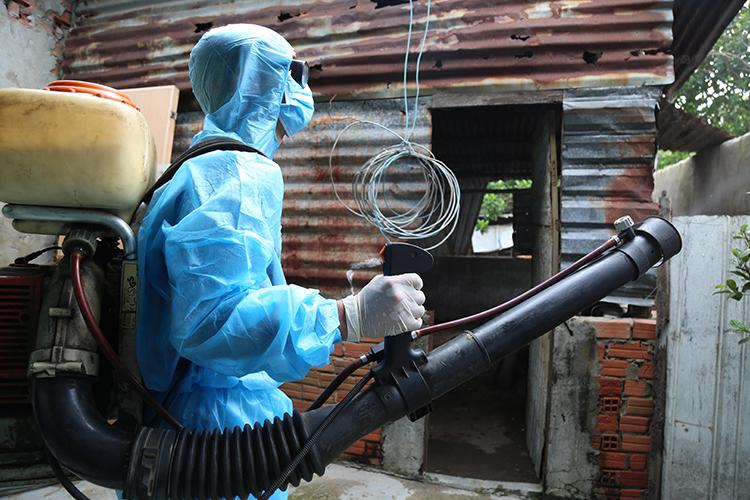 Cán bộ Y tế Đồng Nai xịt thuốc phòng dịch sốt xuất huyết tại TP Biên Hoà. Ảnh: Phước Tuấn