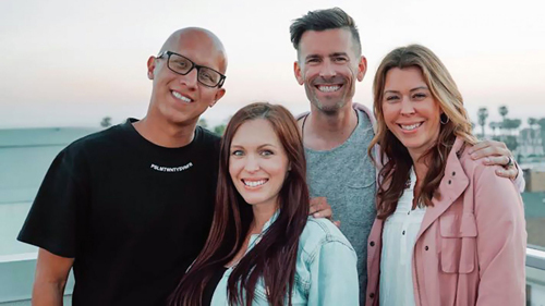 Vợ chồng De La Mora (trái) chụp ảnh cùng vợ chồng người sáng lập XXXchurch Craig Gross. Ảnh: Facebook.