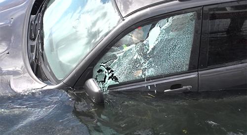Trong ảnh, kính cửa sổ bên tài xế là loại cường lực, bị người trong ôtô phá vỡ để thoát ra ngoài khi xe rơi xuống nước.