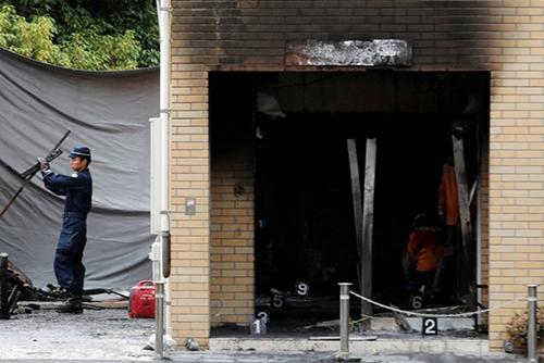 Lính cứu hỏa làm việc tạixưởng phim của hãng Kyoto Animation hôm nay. Ảnh: Reuters