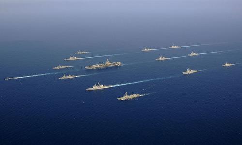 Một nhóm tác chiến tàu sân bay Mỹ phô diễn sức mạnh hồi năm 2002. Ảnh: US Navy.