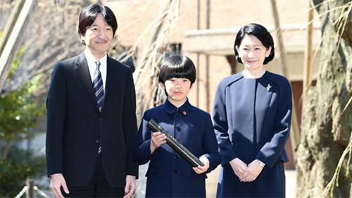 Thái tử Fumihito cùngcon trai,Hoàng tử Hisahito, và vợ,Công nương Kiko.