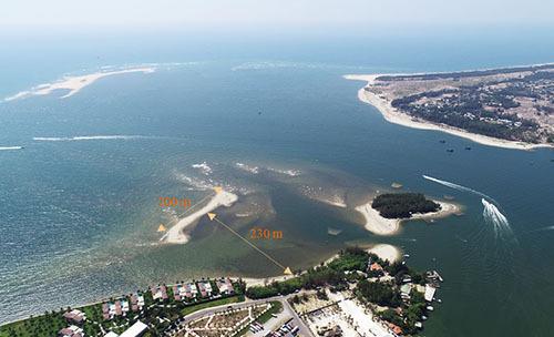 Cồn cát dài 200 m, cách bờ biển Cửa Đại 230m. Ảnh: Tổng cục phòng chống thiên tai.