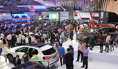 Khách hàng tham quan triển lãm ôtô Việt Nam 2015 tại TP HCM.