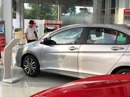 Khách hàng tham khảo xe Honda tại một đại lý chính hãng ở quận 2, TP HCM.