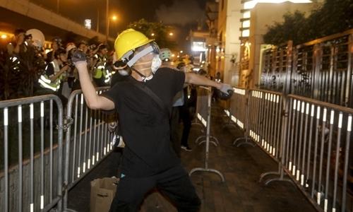 Người biểu tình tấn công văn phòng Bắc Kinh tại Hong Kong - ảnh 2