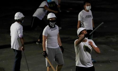 Những kẻ tấn công mặc áo trắng ở ga Yuen Long rạng sáng 22/7. Ảnh: Reuters.