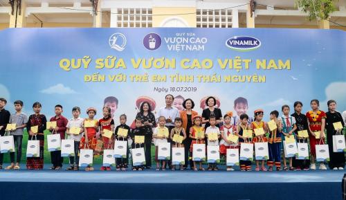 Bà Trương Thị Mai - Ủy viên Bộ Chính trị, Bí thư Trung ương Đảng, Trưởng ban Dân vận Trung ương, cùng lãnh đạo địa phương và đại diện Vinamilk trao tặng học bổng và quà tặng cho các em học sinh.