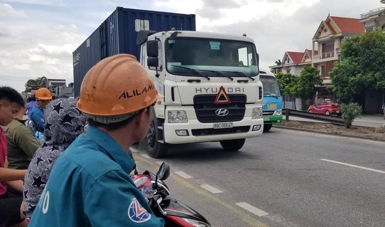 Chiều 23/7, nhiều người dân địa phương vẫn đứng chờ sang đường ở ngay vị trí vừa xảy ra tại nạn sáng nay. Ảnh: Giang Chinh