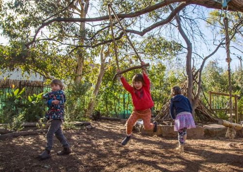 Vứt bỏ đồ chơi, trường mẫu giáo Australia muốn trẻ làm bạn với thiên nhiên