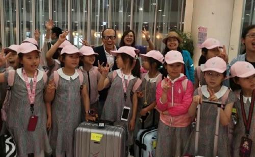 45 học sinh cảm thấy bất ngờ khi gặp tỷ phú Lý Gia Thành tại sân bay Nhật Bản. Ảnh: Weibo.