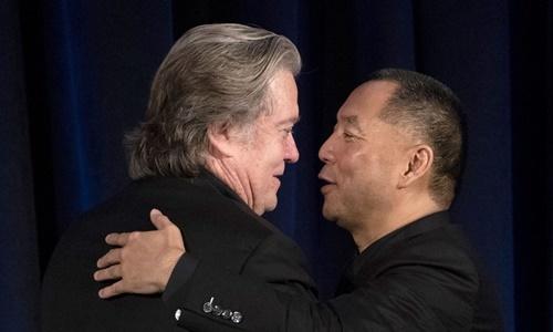Cựu chiến lược gia trưởng Nhà Trắng Steve Bannon (trái) chào đón tỷ phú Quách Văn Quý trước khi tham gia một cuộc họp báo chung ở New York hồi tháng 11/2018. Ảnh: AFP.
