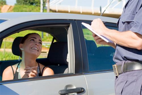 Những lời năn nỉ hoàn toàn có thể giúp tài xế nào đó thoát vé phạt, và thường phụ nữ có cơ hội thành công nhiều hơn nam giới. Ảnh: wiseGeek