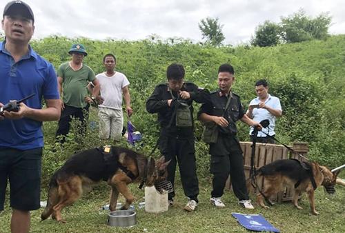 Cảnh sát huy động chó nghiệp vụ truy lùng nghi phạm. Ảnh: Đàm Quang.
