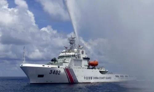 Tàu hải cảnh Trung Quốc phun vòi rồng về phía tàu cá Philippines gần bãi cạn Scarborough năm 2015. Ảnh: AP.