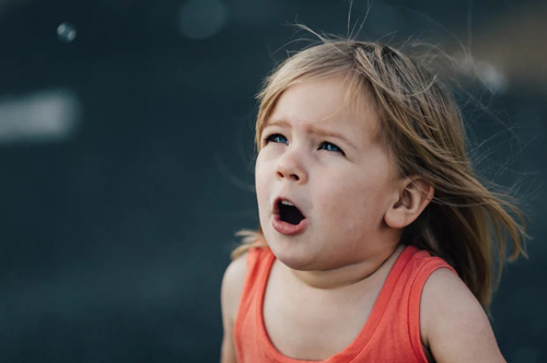 Cha mẹ cần giúp trẻ kiểm soát cơn giận. Ảnh: Popsugar