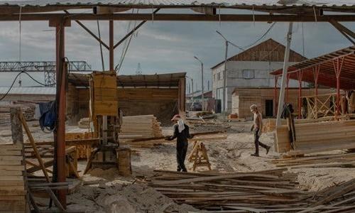 Công nhân làm việc tại một xưởng gỗ do Trung Quốc điều hành ở thành phố Kansk. Ảnh: New York Times.
