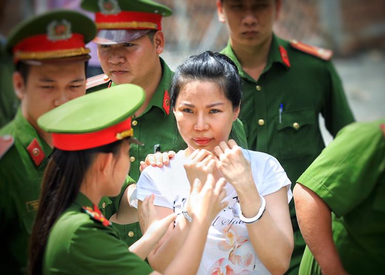 Vũ Thụy Hồng Ngọc đến tòa nghe tuyên án hồi tháng 6. Ảnh: Hữu Khoa.