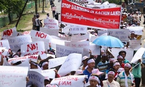 Người dân Myanmar xuống đường phản đối việc xây đập Myitsone hồi tháng 4. Ảnh: BBC