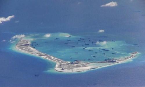 Tàu nạo vét Trung Quốc hoạt động phi pháp tại đá Vành Khăn thuộc quần đảo Trường Sa của Việt Nam trên Biển Đông hồi năm 2015. Ảnh: Reuters.