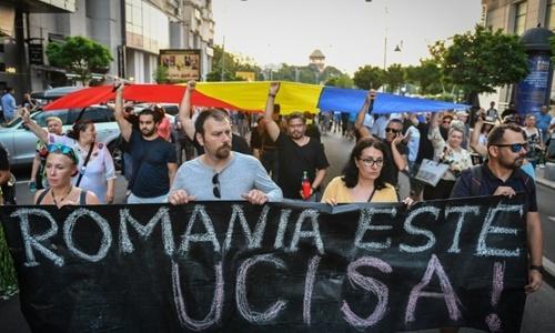 Người biểu tình hôm 27/7 tràn xuống đường phố ở thủ đô Bucharest, Romania, sau vụ bé gái Alexandra bị sát hại. Ảnh: AFP.