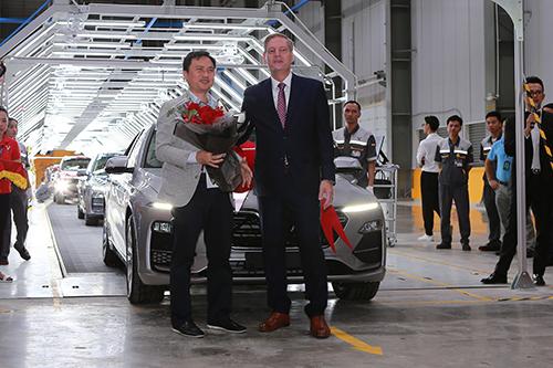 Ông Deluca giao tặng hoa cho khách hàng mua xe VinFast Lux A2.0,