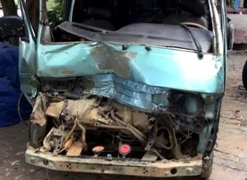 Ôtô 12 chỗ bị móp đầu sau khi tông vào rào chắn của cảnh sát giao thông. Ảnh: Công an cung cấp.