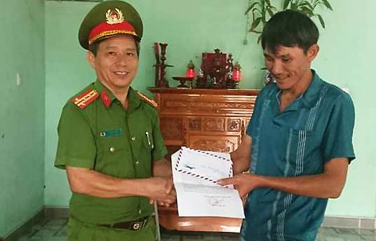 Anh Lê Quang Kha (phải) nhận khen thưởng của Công an huyện Kông Chro (Gia Lai). Ảnh: Công an cung cấp.