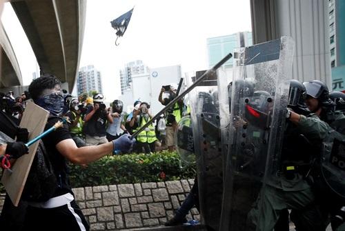 Cảnh sát chống bạo động Hong Kong và người biểu tình đối đầu hôm 27/7. Ảnh: Reuters.